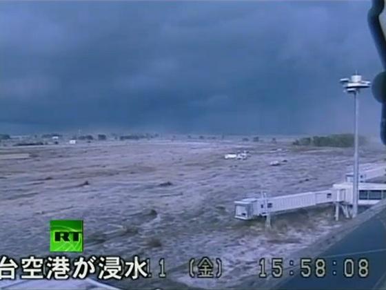 Vídeo del Terremoto de Japón capturado en una cámara de circuito cerrado de TV de las olas del tsunami golpeando el aeropuerto de Sendai