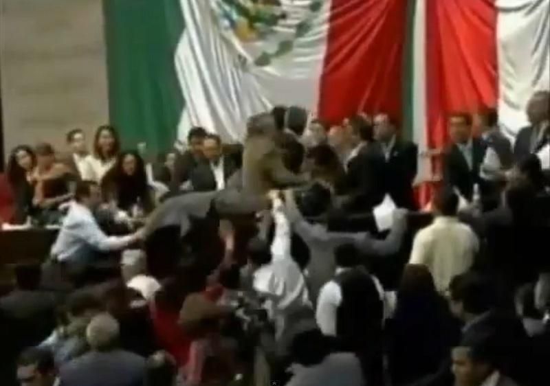 Diputados en México bailando con el Harlem Shake